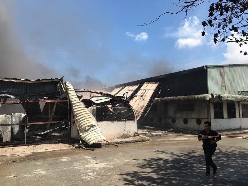 Nhà xưởng đổ sập do cháy xưởng gỗ lớn tại Bình Dương